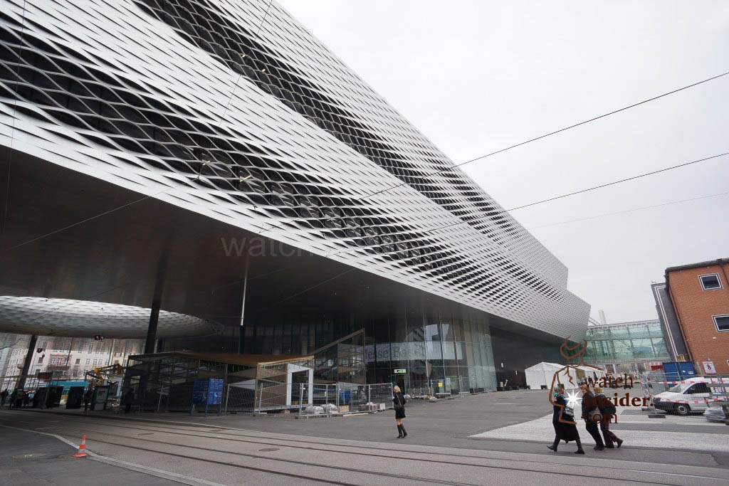 Standing in front of hall 1 and looking right. Modern architecture dominates the new hall 1 for Baselworld. The open elements are the only spots where light from outside can float into the hall.