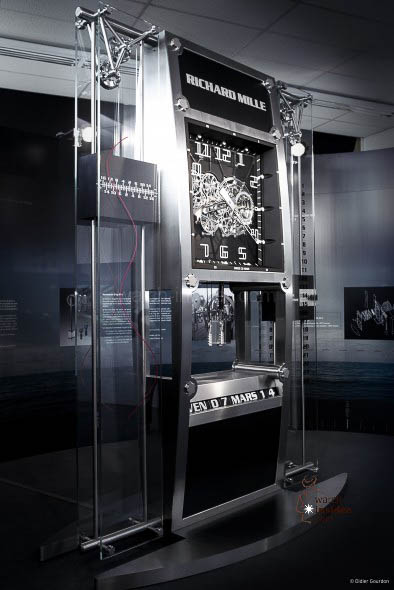 Richard Mille for Quebec: 6,571 hours of development, 5,451 components and 3,952 hours of assembly and adjustment. The stainless steel case recalls the dynamic, curved design of Richard Mille watchcases. It is assembled with 16 spline screws and measures 350 x 250 x 130 cm, weighing in at 1,913 kg.