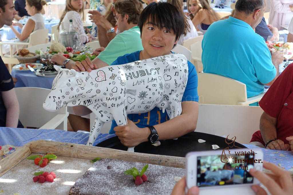 Lang Lang shows the private dedication of Mr. Biver on his cow.