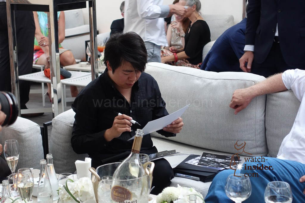 After the concert Lang Lang signed autographs and dedications for those who wanted ...
